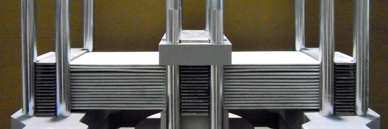 Für die weltweite Produktion der IFE Aufbereitungstechnik GmbH strahlt und verzinkt das Unternehmen Rudolf Rengshausen bereits seit den 60er Jahren Blattfedern für Rüttelmaschinen. (Fotos mit freundlicher Genehmigung zur Verfügung gestellt von IFE Aufbereitungstechnik GmbH.)