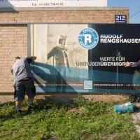 Rudolf Rengshausen: Montage von Firmenschild und Werbetafel