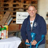 Unser Chef Rudi war beim Betriebsbesuch der Wirtschaftskammer Wien zum ersten Mal nach seiner Knie-OP im Herbst (noch ist er auf Krücken angewiesen) wieder für ein paar Stunden in der Firma.