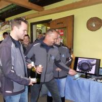 Unser Chef Rudi gemeinsam mit Michael in Action; auch wir haben für unsere Unterstützung am Benefizturnier Wein bekommen.