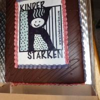 """Köstlich war auch die Torte mit dem """"Kinder stärken""""-Logo."""