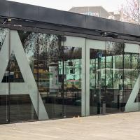 Rudolf Rengshausen: Sandstrahlen der Schriftzüge für die Kunsthalle Wien am Karlsplatz